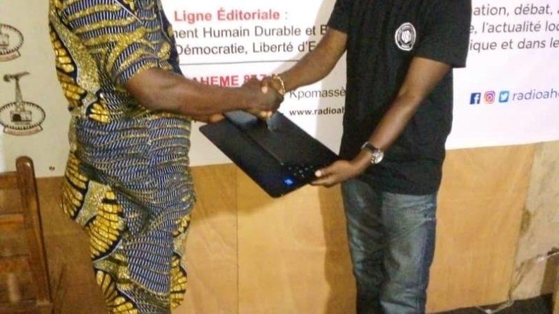 Don d'un ordinateur portatif à la radio FM Ahémé : un soutien de UBD DUMAVO